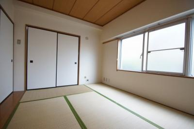 約6.0帖の落ち着きのある和室あります