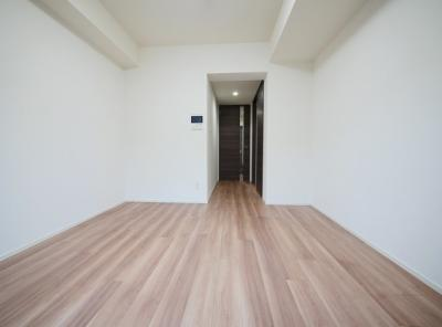 「清潔感あふれる床材を使用した居室です」