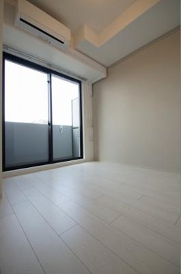 「明るい色合いの床材を使用した居住空間」