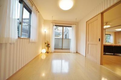 2階約6帖のお部屋です。全居室2面採光で開放感がございます