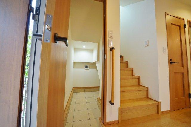 玄関横には雨具等すっきりしまえる便利な収納付き