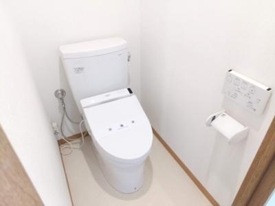 ウォシュレットウォームレットの新規トイレを設置。嬉しい背面の棚付きです。