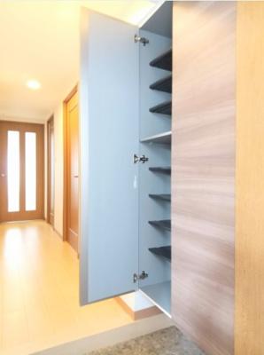 可動棚がついている玄関収納、棚の高さを変えてご使用可能です。