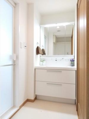 洗面室もリフォーム実施、清潔感のある水回り空間に生まれ変わりました。