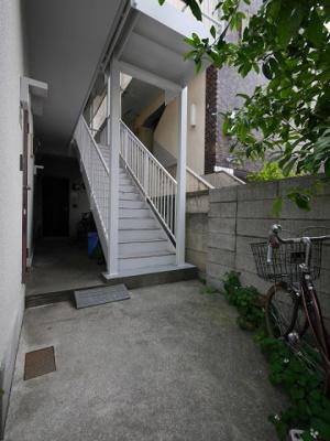 階段を上がって角のお部屋です。