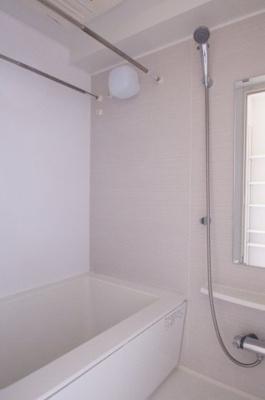 「ゆったりとしたサイズのバスルーム」