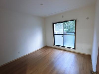 6.5帖の洋室は主寝室にいかがでしょうか。 バルコニーに面しており開放感◎