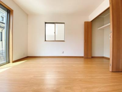 (同仕様写真)2階の3居室は2面採光で日当たり・風通し良好。シンプルな色合いなのでお好みの居室を演出するのも楽しみの一つですね!