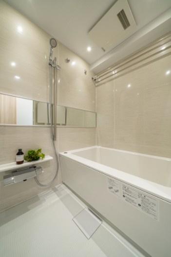 西荻窪マンション:雨の日のお洗濯ものを干すにも便利な浴室乾燥機・追い焚き機能付き浴室です!