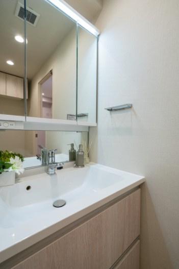 西荻窪マンション:三面鏡が付いた明るく清潔感のある洗面化粧台です!