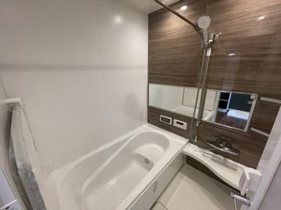 自分の好きな入浴スタイルが楽しめるタイプのSライン。 内側にはS字型の段差が設けられています。 段差が設けられていることで浴槽内の容積が減り、節水効果が期待できるメリットもあります