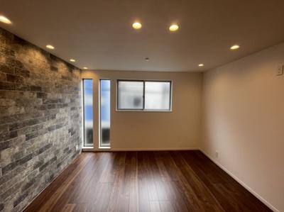 スリット窓などで雰囲気もおしゃれな空間
