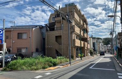 視認性の良い角地。自宅・賃貸併用住宅・賃貸マンション用地としても最適です( 2021.09.10撮影)。