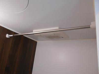 浴室内で洗濯物を干すことができます ※写真は同タイプの別のお部屋です