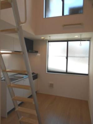 天井が高く開放感のあるお部屋です。 ※写真は同タイプの別のお部屋です