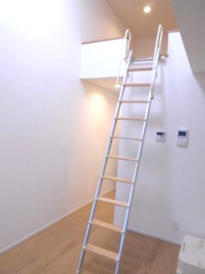 白を基調とした明るいお部屋です ※写真は同タイプの別のお部屋です