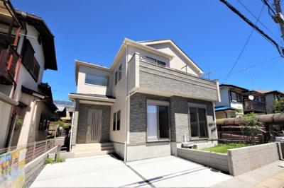 第一種低層住居専用地域に位置する家。周囲も2階建ての戸建てが多い住宅街で穏やかな空気が流れています。長期優良住宅で様々な特典を受けることができます。