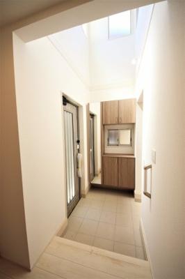 シンプルで使いやすい玄関です。見上げると、吹き抜けになっているのがこの住宅の特徴です。
