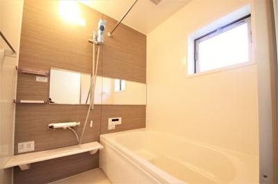 きれいなお風呂です。窓も付いて