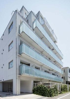 京浜急行線「平和島駅」徒歩6分の駅近マンションです。