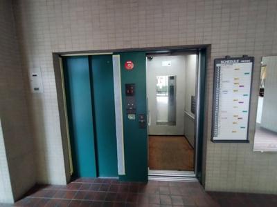 エレベーター二基で混みあう時間帯も安心ですね。