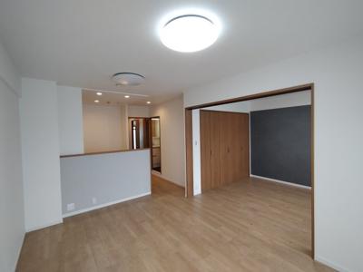 隣の洋室との引き戸を開放し、リビングの延長のような使い方もできます。
