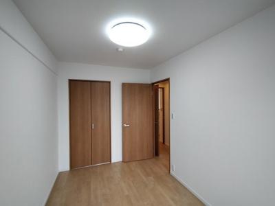 約5.6帖の洋室。収納があり、お部屋を広く使えます。