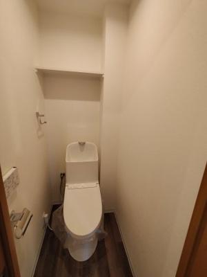 新規交換されたトイレです。上部の収納棚も便利ですね。
