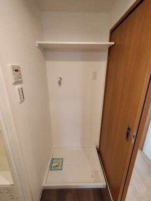 室内洗濯パンは上に棚があり、洗剤などの収納に便利。