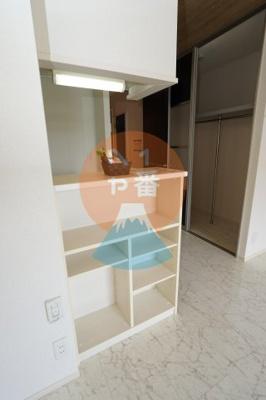 ネット無料。うれしい収納棚付きでお部屋がスッキリしますね。