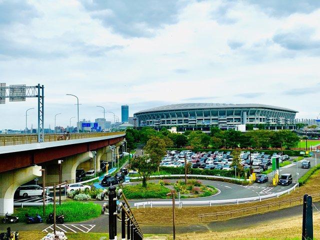日産スタジアム。ワールドカップ決勝戦が行われた日本最大級のスタジアム。隣接する新横浜公園にはドッグラン、スケボー広場などがあります。