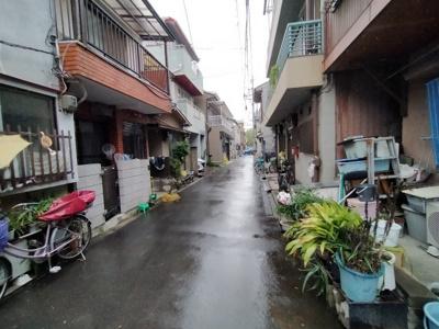 全面道路です。ビジネス街へのアクセス良好ですが、住宅街に位置しております。