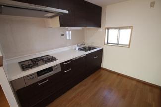 システムキッチン 3口ガスコンロ&グリル ビルトイン食洗機有り キッチン小窓がございます。 リフォーム当時の写真(2019年3月)撮影