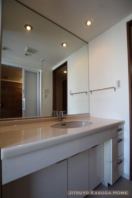 大きな鏡のある洗面化粧台