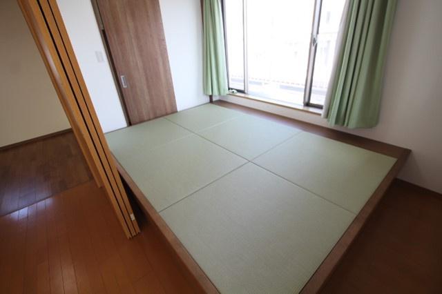 約4.3帖の小上がりの畳部屋 下部は収納スペースになっております リフォーム当時の写真(2019年3月)撮影