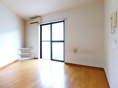 バルコニーに繋がる南向き角部屋洋室6.5帖のお部屋です!エアコン付きで1年中快適に過ごせますね☆