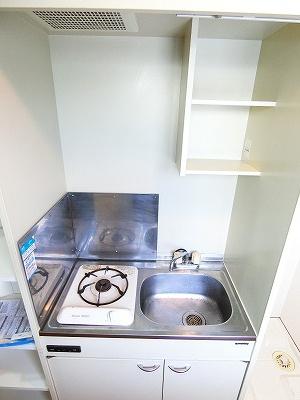 1口ガスコンロ付きのキッチンです!場所を取るお鍋やお皿もすっきり収納できます♪窓があるので換気もOK♪