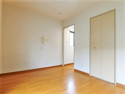 クローゼットのある南向き洋室6.5帖のお部屋です!お部屋が片付いて快適に過ごせますね♪