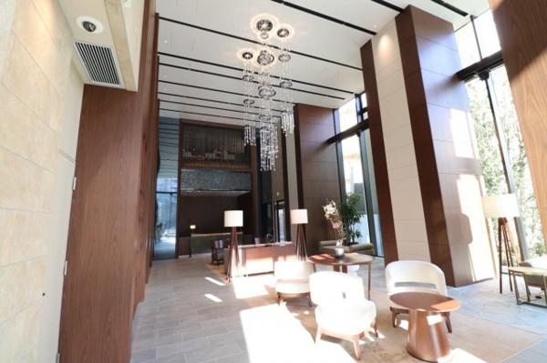 【エントランスホール】木の温もりを感じさせる色調と、重厚な素材が拘りのインテリアを使用したエントランスホールです。