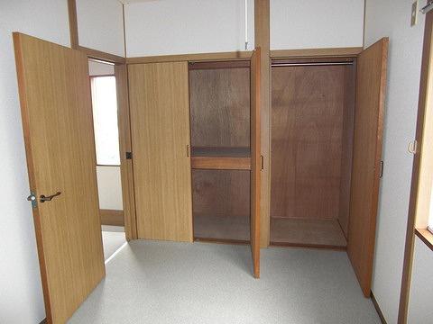 洋室5.6帖のお部屋にある収納スペースです!奥行きのある収納で、かさ張るお掃除用品などもすっきり収納できて便利!