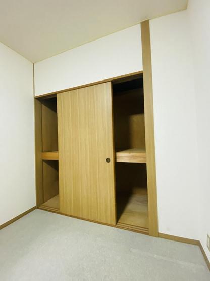 洋室5.6帖のお部屋にある収納スペースです!収納スペースが2ヶ所あるので荷物もたっぷり収納できますね☆