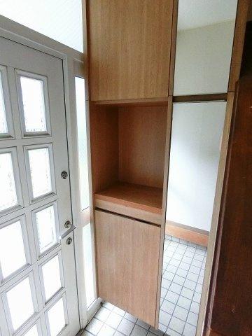 シューズボックスがあるので靴が散らからずいつでも玄関がキレイに♪間のスペースは飾り棚や小物置き場として活用できます♪