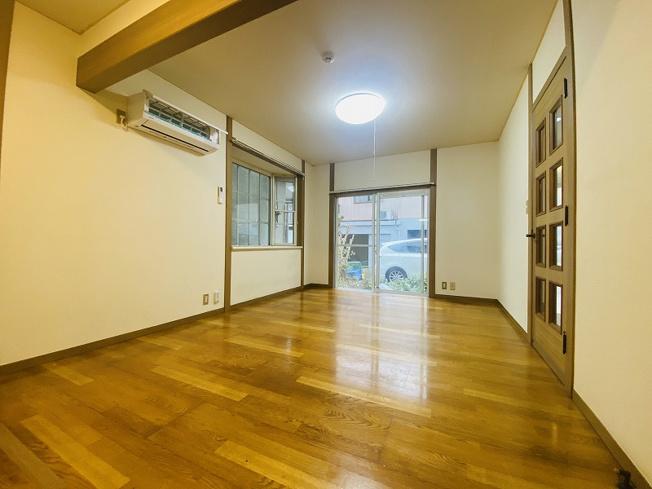 1階・南西向き角部屋三面採光13.5帖のリビングダイニングキッチンです♪エアコン付きで1年中快適に過ごせますね☆