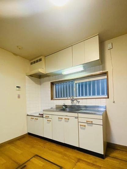 換気のできる窓のあるキッチンはガスコンロ設置可能☆場所を取るお鍋やお皿もたっぷり収納できてお料理がはかどります!あると便利な床下収納も完備◎