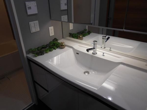 【独立洗面台】お手入れが簡単なボウル一体型人工大理石カウンターです。鏡裏収納の横にリネン庫もありスッキリ整頓出来ます。