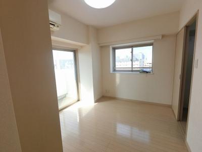 6.0帖の洋室は主寝室にいかがでしょうか。 2面採光で日当たり・風通し◎