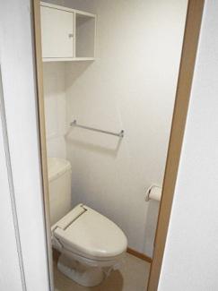 タオル掛け、小物収納スペースがあります。