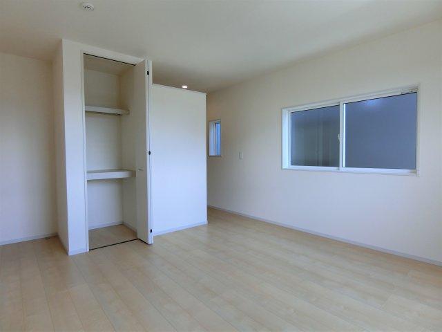 2階8.5帖の洋室には物入とWICを設置。お部屋を広く使えます。