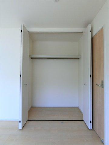 2階6帖の洋室(北側)のクローゼットです。全てのお部屋に収納があるのもよいですね。