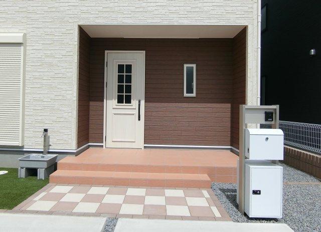 ゆったりとした玄関アプローチ。独立型ポスト、宅配ボックス、TVモニター付きインターホン、外水栓完備。